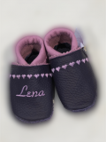 Lederpuschen Zierstich Herzen & Name lila